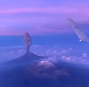 Vista a vuelo de pájaro de la erupción del volcán Popocatépetl