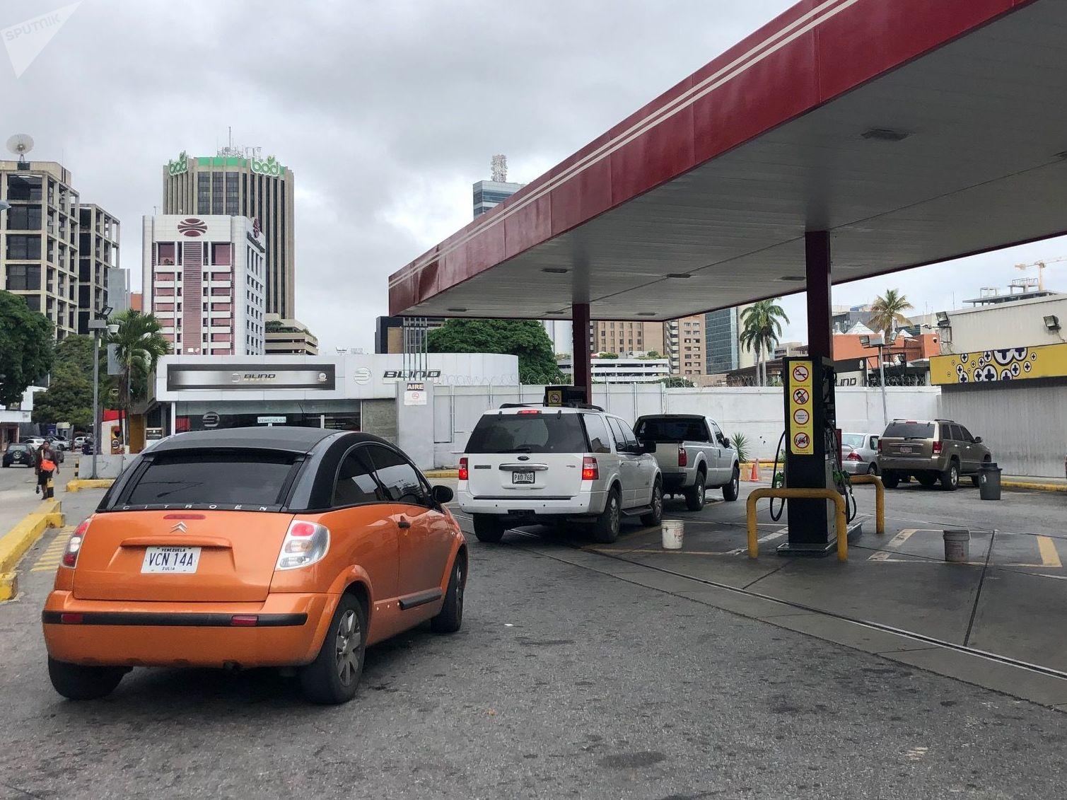En Caracas no suele haber desabastecimiento de combustible, no se puede decir lo mismo de las regiones fronterizas, donde el contrabando de gasolina —particularmente a Colombia— causa graves perjuicios al interés público