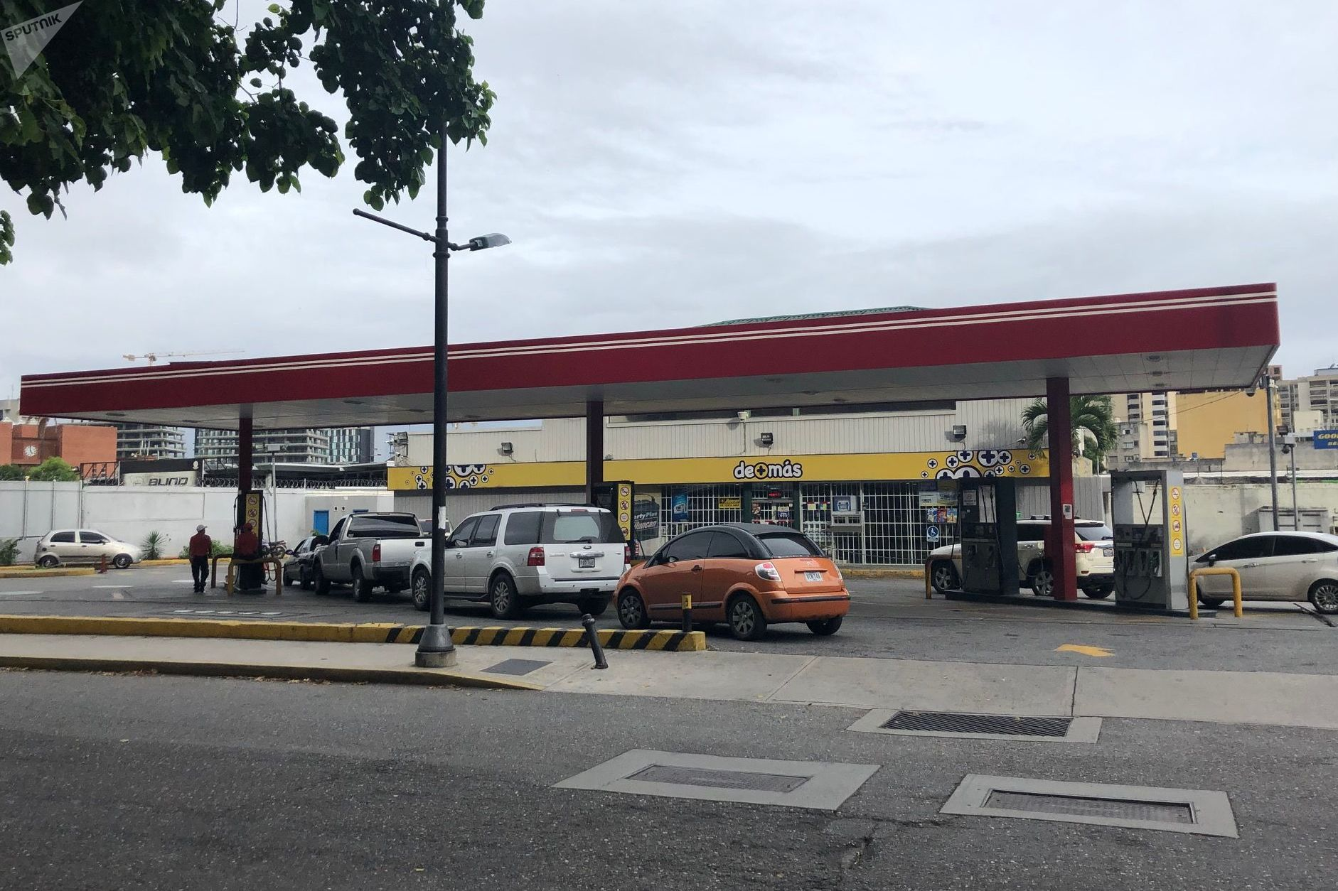 En Caracas, a la hora de salida de las oficinas, puede haber fila de espera para cargar combustible: durante la noche, los surtidores están cerrados, salvo en casos excepcionales