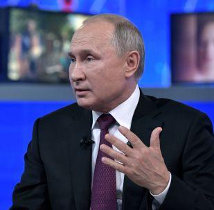 El presidente de Rusia, Vladímir Putin, en la 'Línea directa'