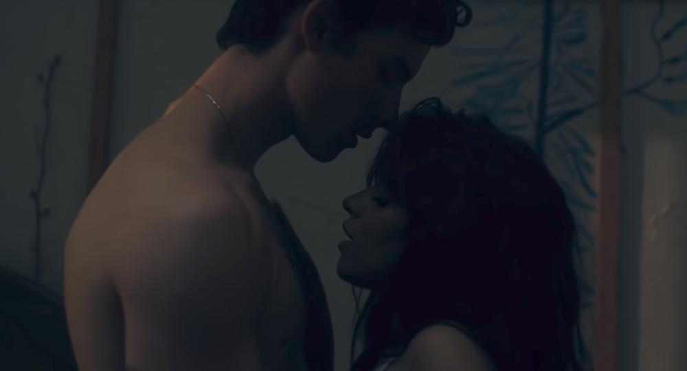 Los cantantes Shawn Mendes y Camila Cabello en una escena del videoclip de la canción 'Señorita'