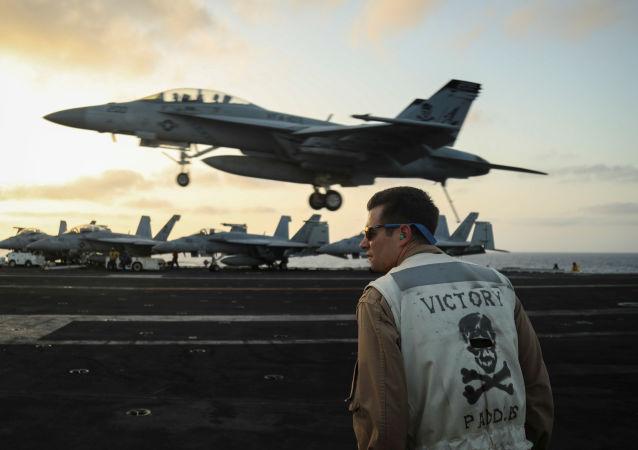 Un Super Hornet F/A-18F del 'Jolly Rogers' aterriza en la cubierta de vuelo el portaaviones USS Abraham Lincoln