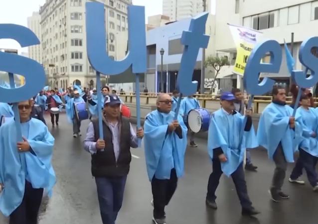 La reforma laboral siembra la discordia en Perú