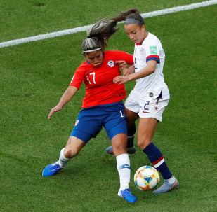 La futbolista chilena Javiera Toro disputa un balón con Mallory Pugh de EEUU durante la Copa del Mundo Femenina 2019