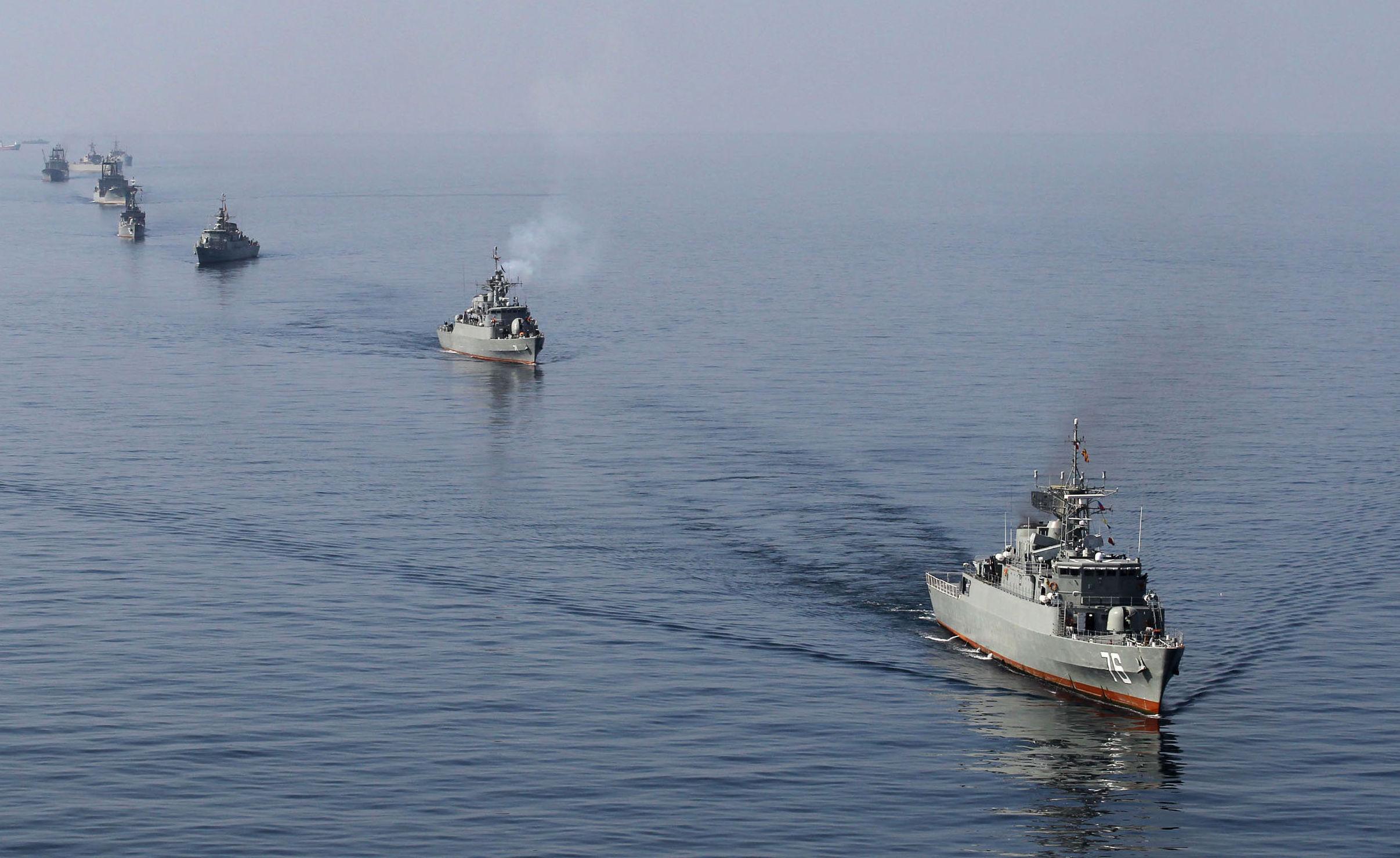 Ejercicios de buques de guerra iraníes en el estrecho de Ormuz (archivo)