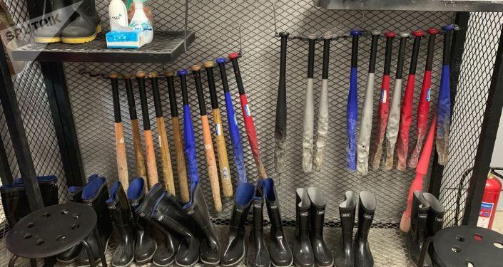 El equipamiento disponible en la habitación de la ira