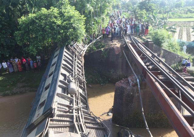 Descarrilamiento de un tren en Bangladés