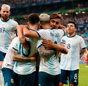 Jugadores de la selección argentina celebran su segundo gol sobre Catar en la fase de grupos de la Copa América