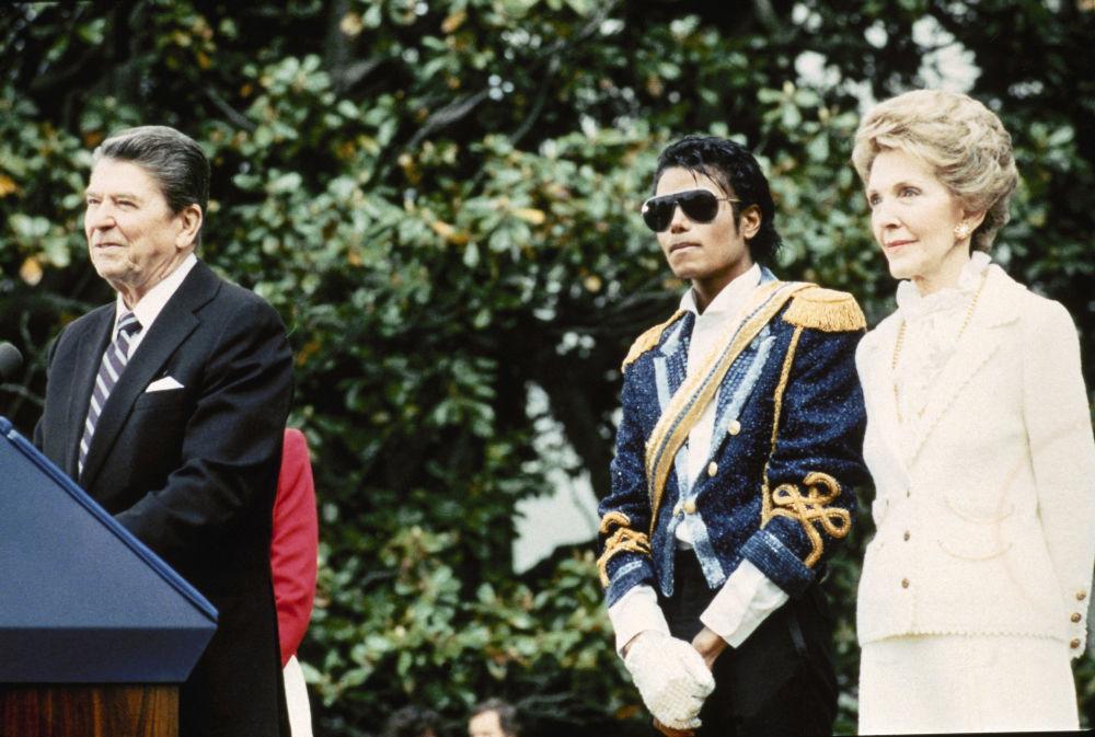 Jackson estrechó la mano de los tres presidentes de Estados Unidos. Cabe destacar que en ninguno de estos casos se quitó los guantes. En la foto: Michael Jackson con Ronald Reagan y Nancy Reagan, 1984.
