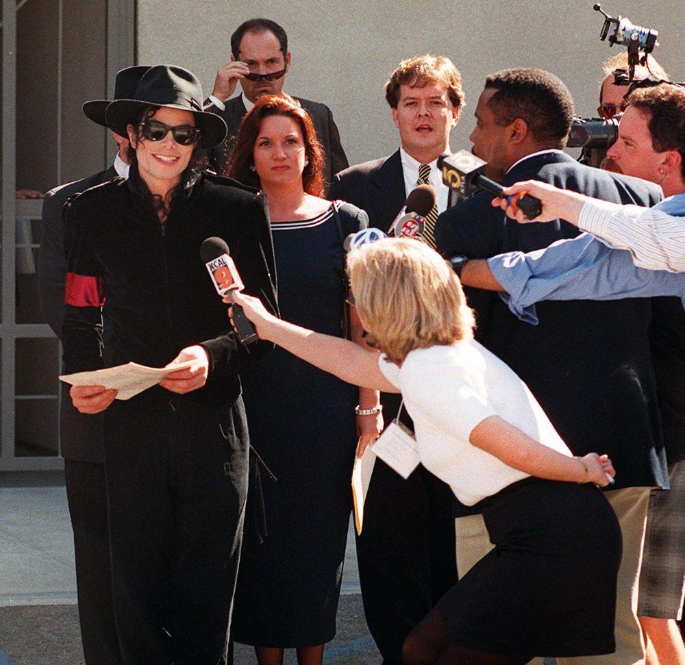 Como corresponde al rey, Michael mantuvo relaciones con representantes de diferentes monarquías. Era amigo de la princesa Diana, mientras que la princesa de Mónaco, Stephanie, cantó junto con Michael la canción 'In The Closet', incluida en el álbum 'Dangerous'. En la foto: Michael Jackson responde a preguntas de periodistas después del servicio conmemorativo en memoria de la princesa Diana en Los Ángeles, 1997.