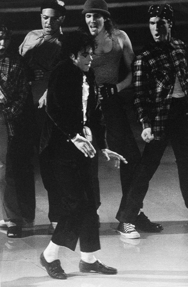 El 16 de mayo de 1983, Michael Jackson interpretó a 'Billie Jean' durante un concierto de televisión. Fue la primera vez que los espectadores vieron la caminata lunar, que más tarde se convirtió en legendaria. Además, fue la primera vez que se puso un guante blanco. Antes de Jackson, muchos cantantes bailaban. Pero fue Jackson quien estableció el nuevo estándar para los artistas pop: no es suficiente solo cantar, tienes que moverte. En la foto: Michael Jackson habla en la ceremonia de entrega de premios Grammy en 1988.
