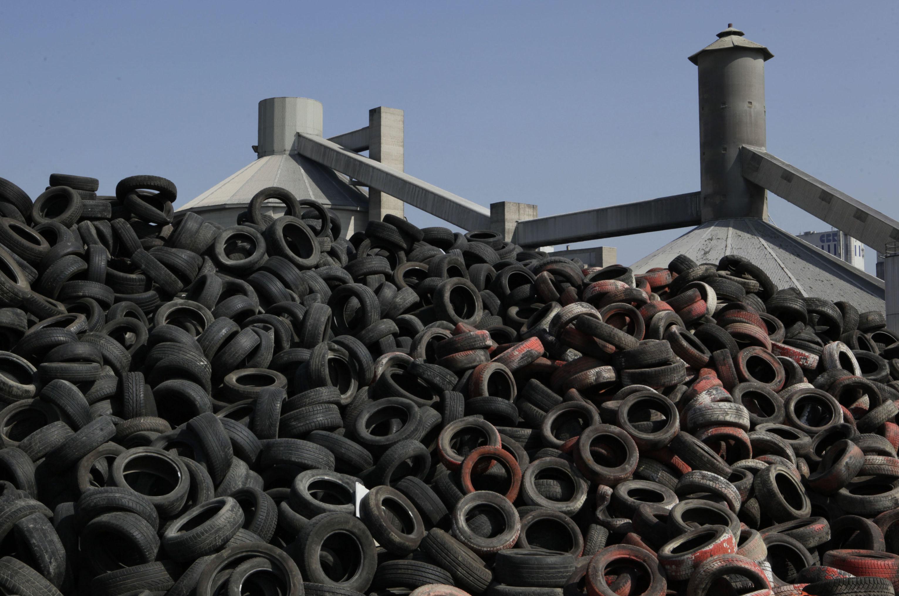 Todas estas montañas se neumáticos usados se utilizan como combustible para producir clínker en una planta productora de cemento de Lixhe, en Bélgica.