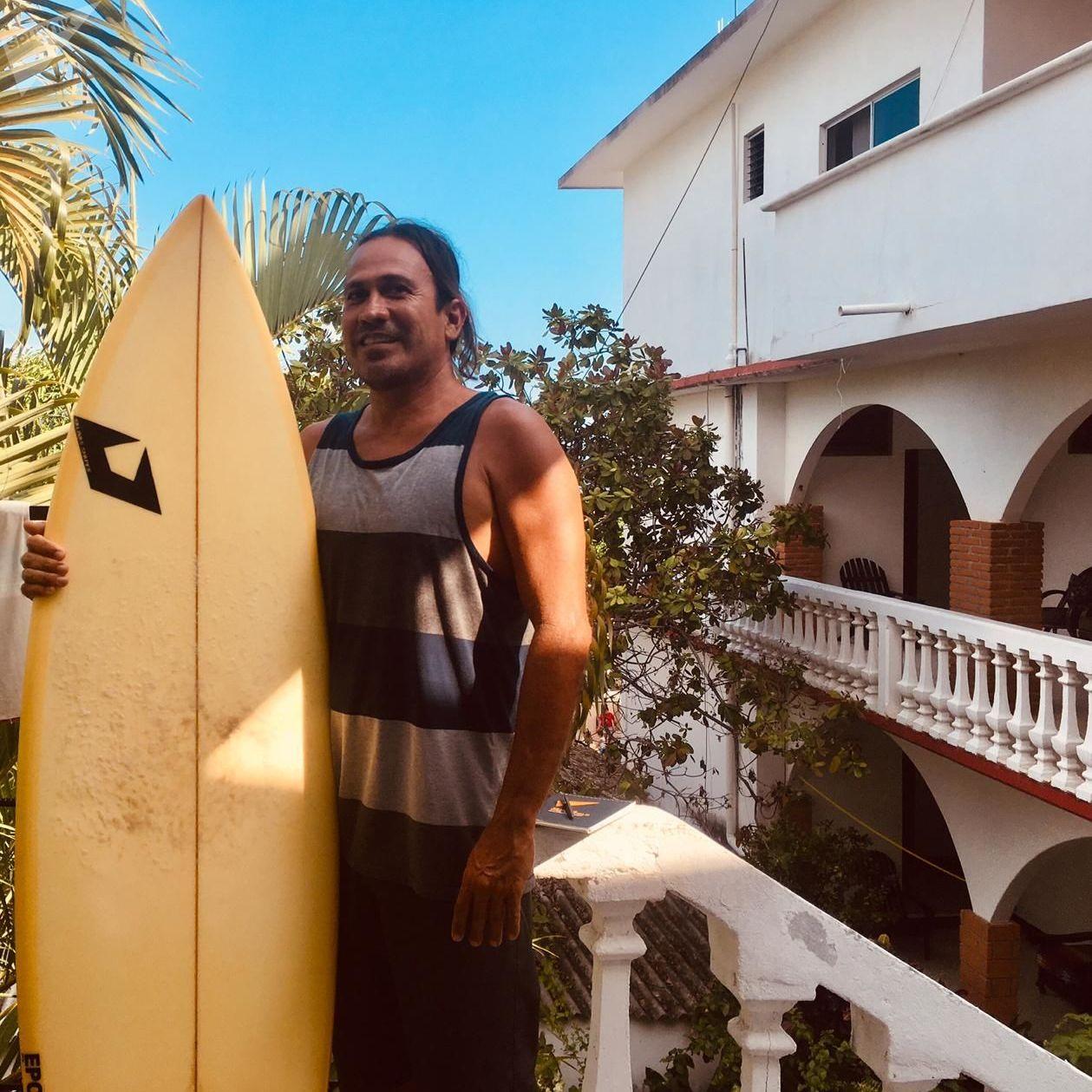 Roberto Salinas Rebollar antes competía en surf, pero debido a lesiones que ha sufrido ahora fabrica tablas en Puerto Escondido (Oaxaca)