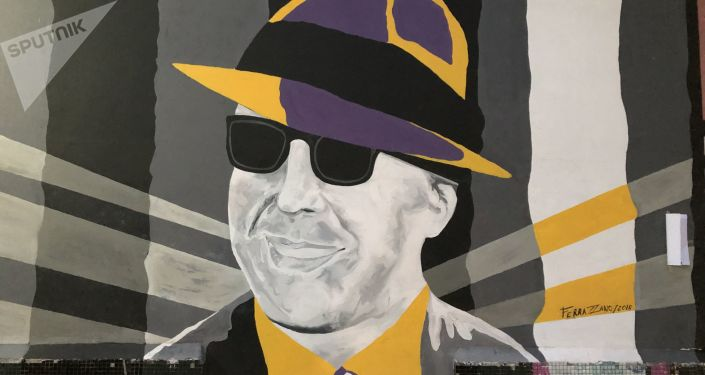 Un mural con la figura de Carlos Gardel
