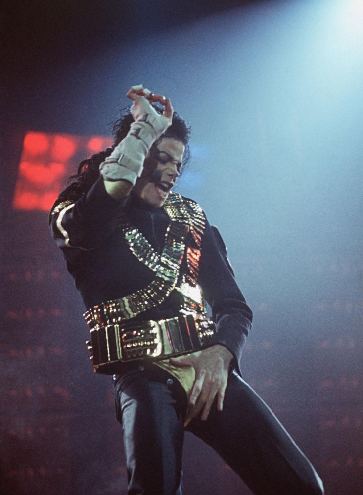 Hoy en día, alrededor del 80% de todos los éxitos pop son RnB, un género que comenzó en su forma actual con Michael Jackson. En la foto: Michael Jackson actúa en el estadio Luzhniki en Moscú, 1993.
