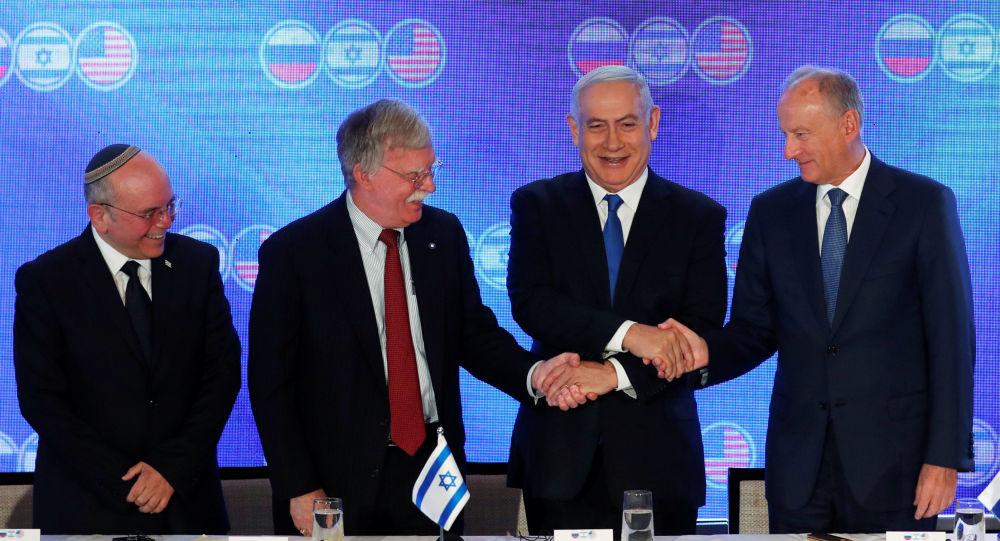 El titular de Seguridad israelí, Meir Ben-Shabbat, su colega de EEUU, John Bolton, primer ministro de Israel, Benjamín Netanyahu, y el secretario del Consejo de Seguridad Nacional de Rusia, Nikolái Pátrushev