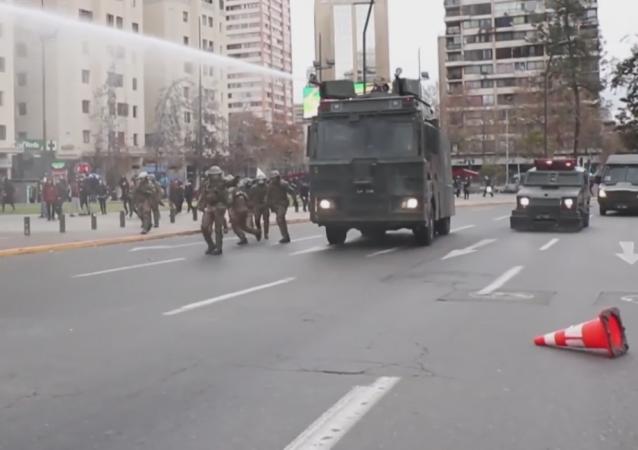 Violentos enfrentamientos se apoderan de las calles chilenas
