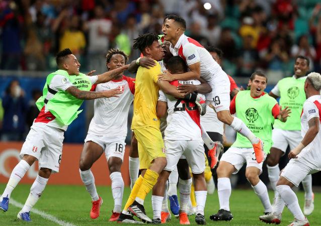 La selección de Perú celebra su victoria ante Uruguay en la Copa América de Brasil