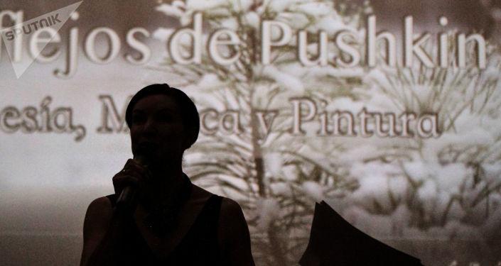 Elena Albul representante de la Unión de Escritores de Rusia durante la conmemoración por los 220 años del natalicio de Aleksandr Pushkin.