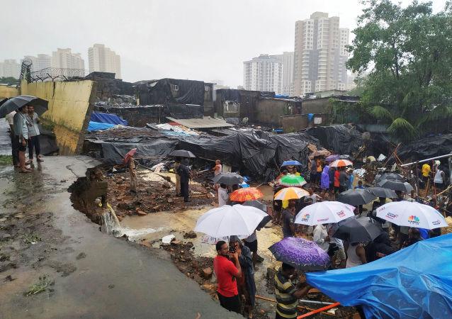 Derrumbe de un muro en Mumbai