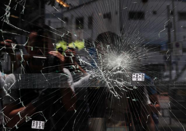 Un cristal roto en el Consejo Legislativo de Hong Kong