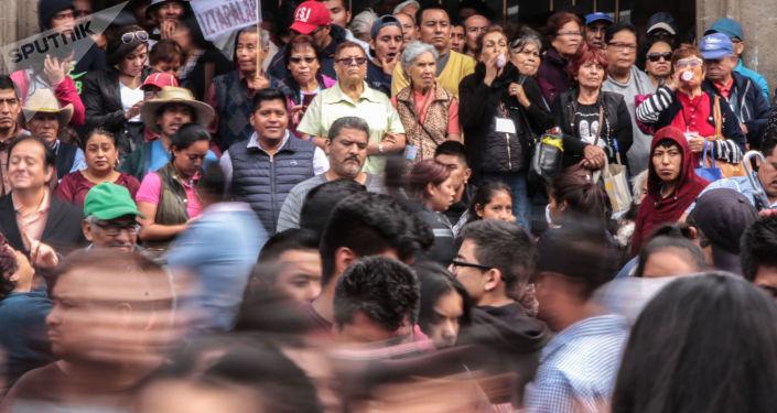 Asistentes se retiran al finalizar la presentación del informe de actividades del presidente Andrés Manuel López Obrador en el Zócalo Capitalino