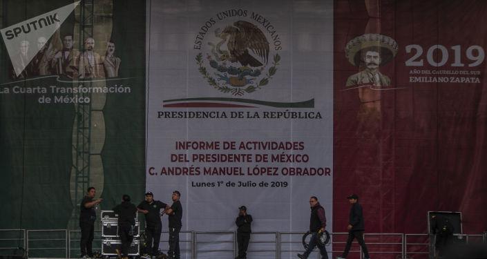 Trabajadores recogen las instalaciones utilizadas para la presentación del informe de actividades del presidente Andrés Manuel López Obrador en el Zócalo Capitalino