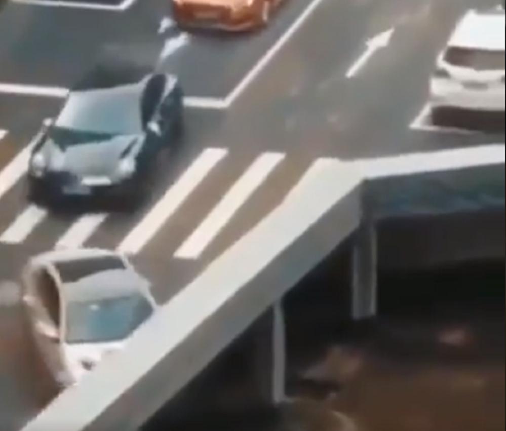 Varios automóviles y motocicletas desaparecen en una carretera china