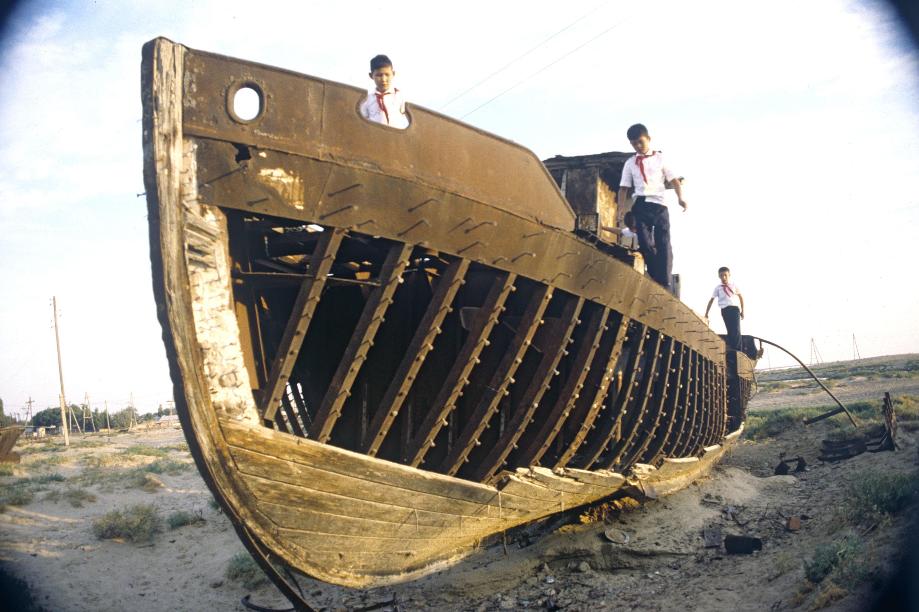 Un buque abandonado en el lugar donde antes estaba el mar de Aral
