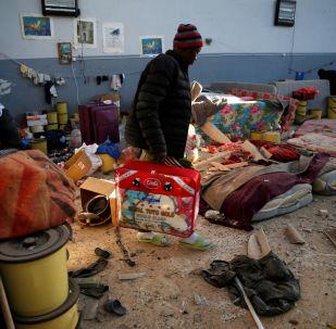 Un libio en el centro de detención de migrantes en Tajura tras el ataque