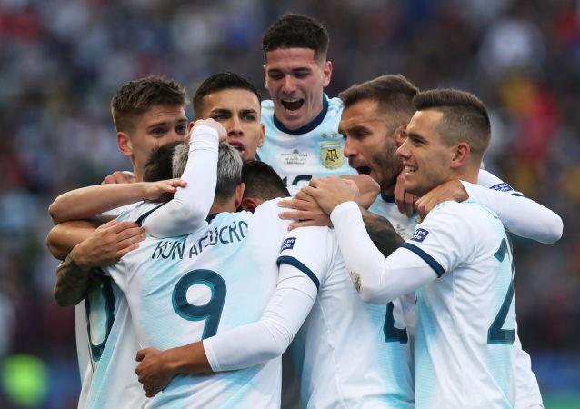 Argentina celebra su triunfo frente a Chile por el tercer lugar en la Copa América