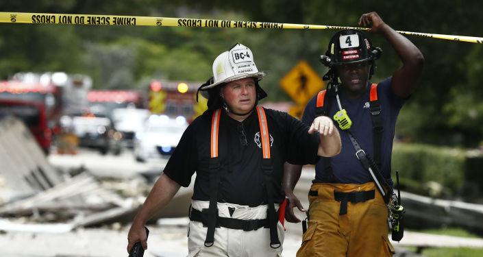 Oficiales pasan una cinta policial tras una explosión en un centro comercial en Florida. La explosión arrojó grandes trozos de escombros a un radio de hasta 91 metros.