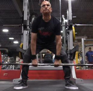 Un levantador de pesas de 75 años pone la mira en el campeonato mundial