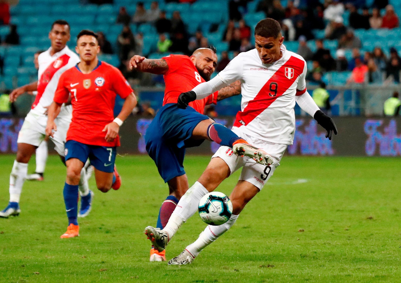 El chileno Arturo Vidal y el peruano Paolo Guerrero disputan una pelota en las semifinales de la Copa América 2019