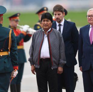 El presidente de Bolivia, Evo Morales (centro), llega a Moscú