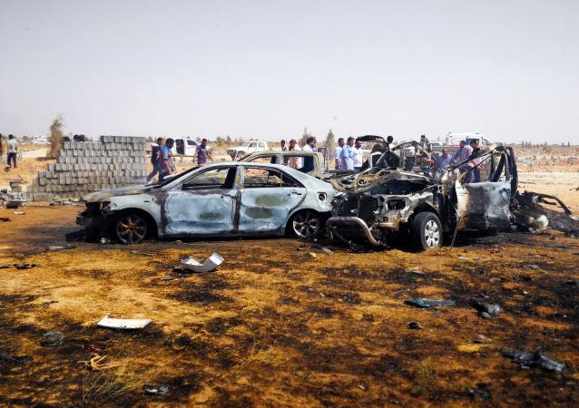 El lugar donde explotó un coche bomba en la ciudad libia de Bengasi