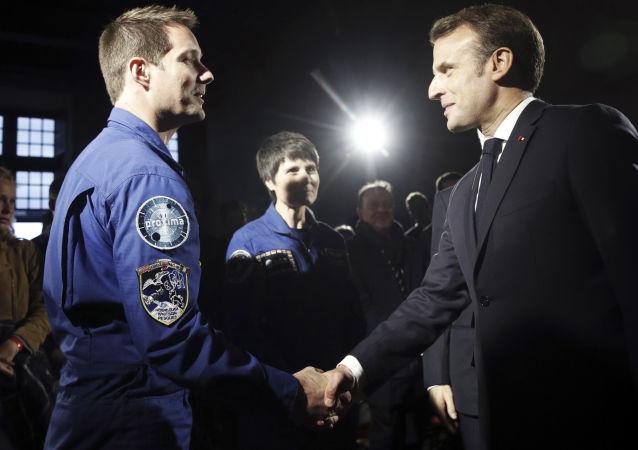 Emmanuel Macron saluda al cosmonauta francés Thomas Pesquet