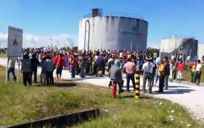 Varias comunidades indígenas protestaron después de que un derrame de petróleo contaminara el agua y el suelo en Puerto América, en el departamento norteño de Loreto (Perú).