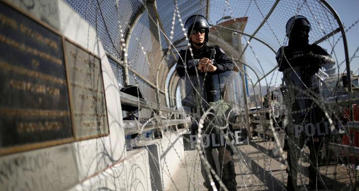Policías en la frontera entre México y EEUU