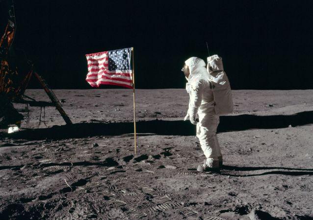 El astronauta estadounidense Buzz Aldrin en la superficie lunar en 1969