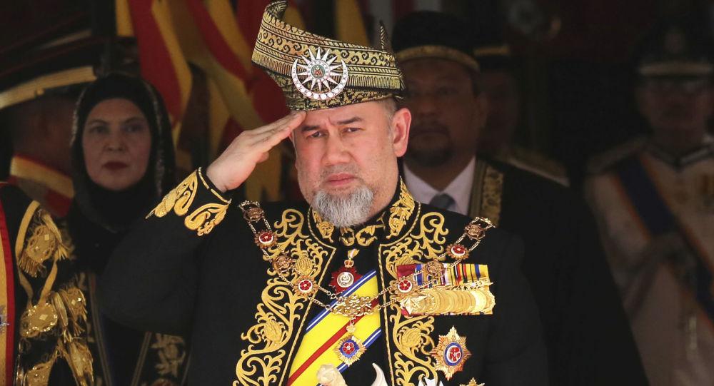 Se divorcia rey de Malasia después de abdicar para casarse