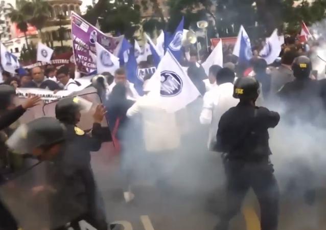 Duros enfrentamientos entre los médicos peruanos y la Policía
