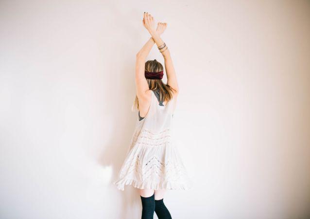 Una chica bailando (imagen referencial)