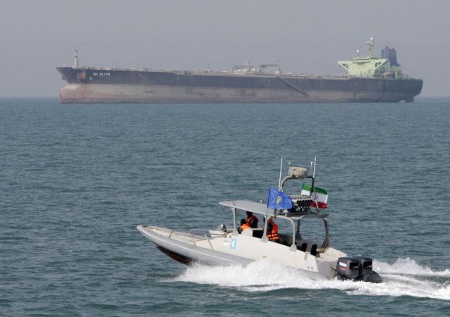 Un buque petrolero de Irán y una lancha de la Guardia Revolucionaria Islámica