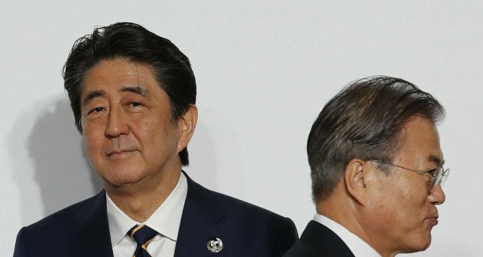 El primer ministro de Japón, Shinzo Abe, y el presidente de Corea del Sur, Moon Jae-in