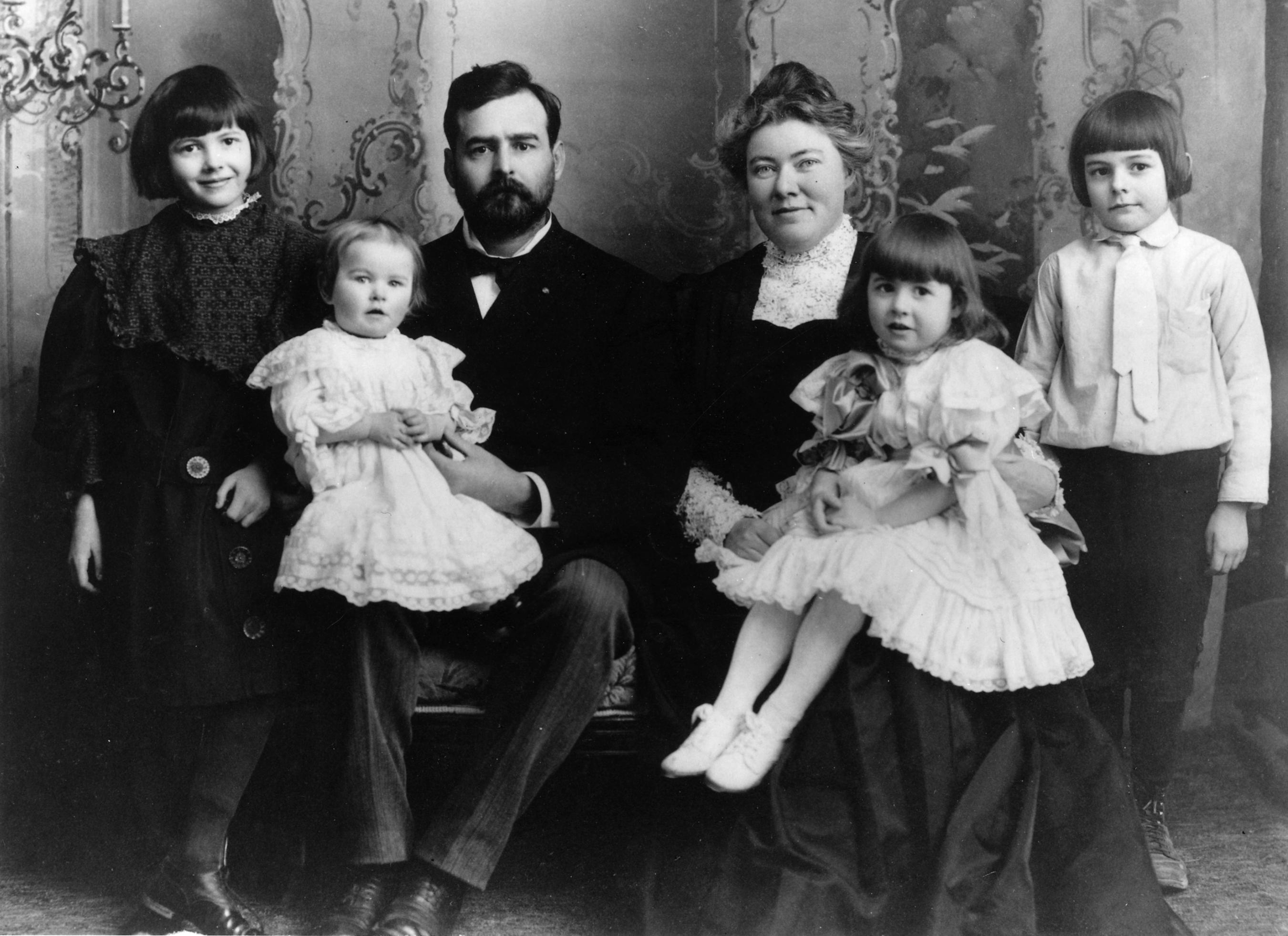 Ernest Hemingway (dcha.) junto a su familia