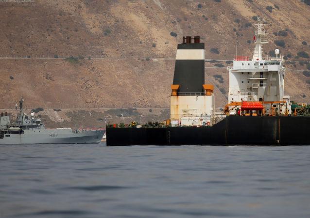 Buque de la Marina Real británica y el petrolero iraní Grace 1 (archivo)