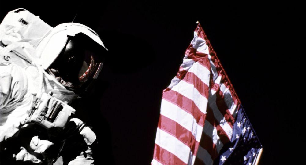Un astronauta con la bandera de EEUU (imagen referencial)