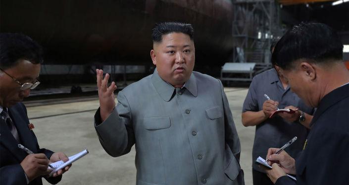 El líder norcoreano, Kim Jong-un, inspecciona el submarino de nueva construcción