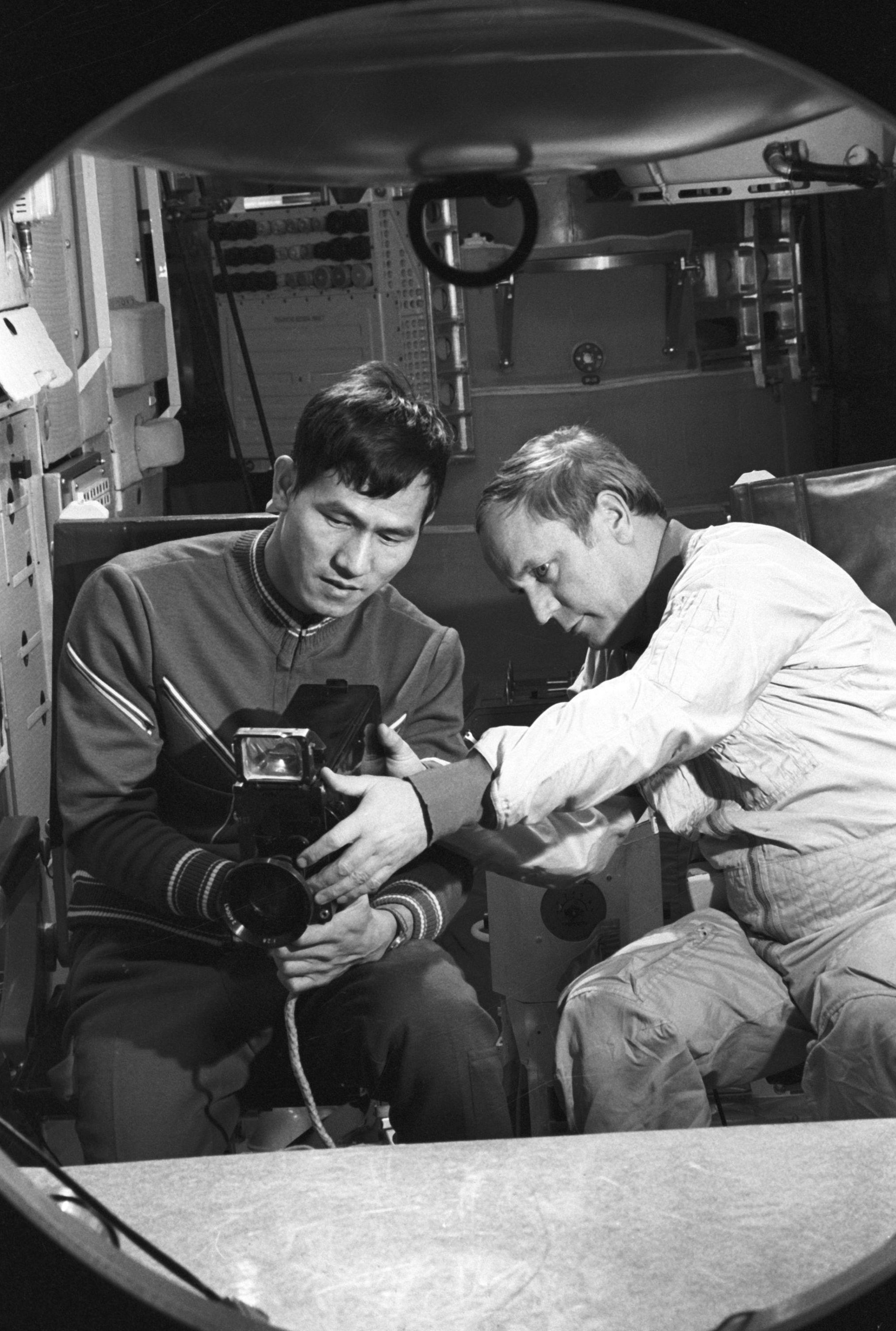 Pham y Gorbatko en el centro de entrenamiento de cosmonautas 'Yuri Gagarin' en la Ciudad Estelar